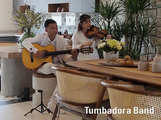 Ban nhac Tumbadora Bieu dien Hoa Tau Violon Guitar tai Aquacity Novaland-004